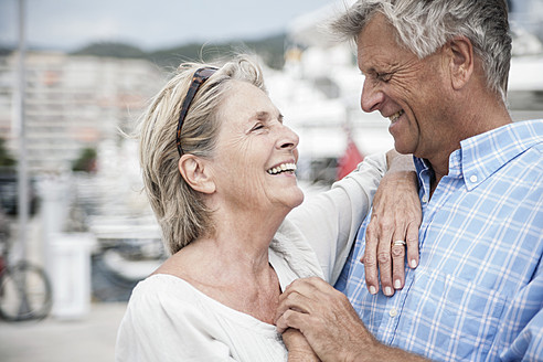 Spain, Senior couple at harbour - WESTF019042