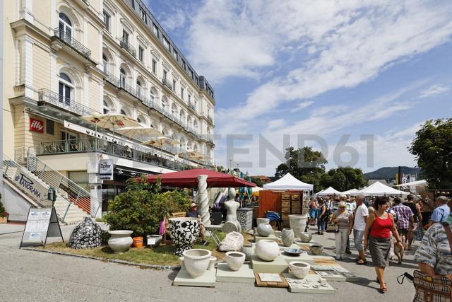 Austria, Upper Austria, People at Austrian Potter Market - SIE003021 - Martin Siepmann/Westend61