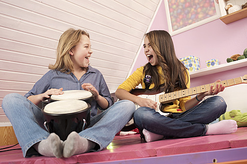 Girls playing guitar and drums, laughing - RNF001090