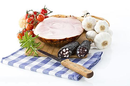 Studio, ham, sausages, tomatoes, garlic, rosemary and bread, studio - MAEF005292