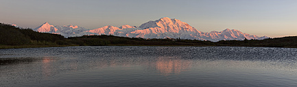 USA, Alaska, View of Mount McKinley and Alaska Range at Denali National Park - FOF004484