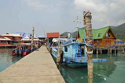 Thailand, Pier with boats and buildings on Bang Bao bay at Mu Ko Chang National Park - MIZ000128