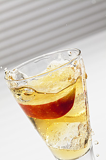 Apple juice with sparkling water and slice of apple in glass, close up - CSF016399