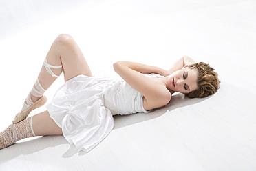 Young ballet dancer relaxing on floor - MAEF005787
