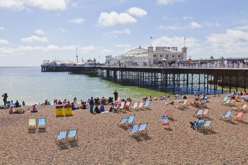 Engladn, Sussex, Brighton, View of beach at Brighton Pier - WDF001499