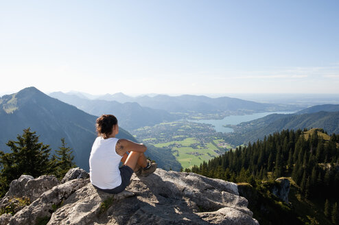 Germany, Bavaria, Mid adult woman looking from Bodenschneid to lake Tegernsee - UMF000585