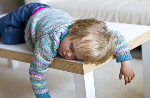 Girl sleeping on table - JFEF000001