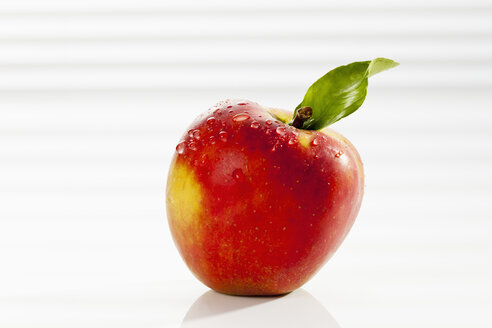 Apple with leaf, close up - CSF017510