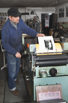 Germany, Bavaria, Man working in print shop - TC003335