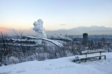 Germany, North Rhine-Westphalia Ruhr, View of Skihalle and Prosper coke in winter - AKUF000063