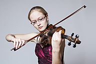 Teenage girl playing violin, close up - DISF000003