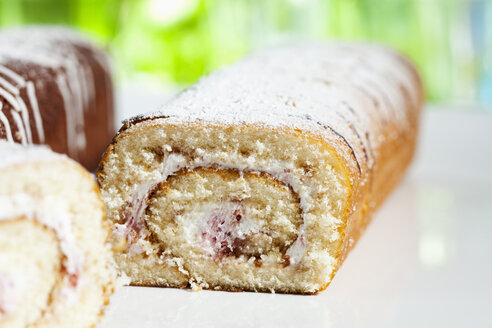 Raspberry roll sponge cake, close up - CSF017735