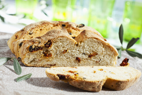 Loaf of bread on chopping board, close up - CSF017725