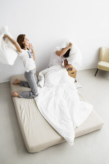 Young couple fighting with pillows - SPOF000107