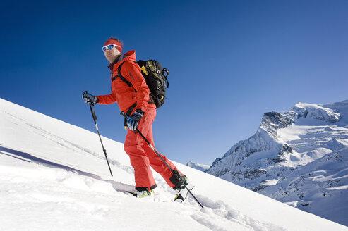 Austria, Man skiing on mountain at Salzburger Land - RN001171