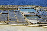 Malta, View of salt pans at rocky coast - MIZ000242