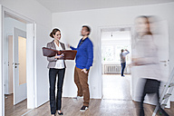 Couple making an agreement with estate agent - FMKF000707