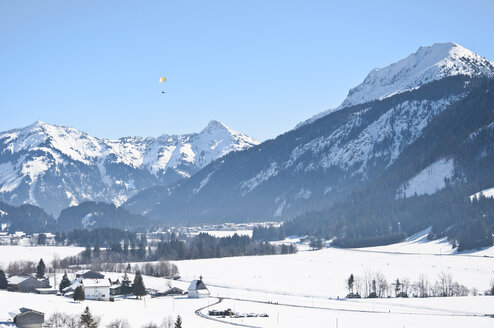 Austria, Paraglider flying over Tannheim Alps - UMF000595