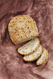 Whole grain bread with carrots, close up - CSF018341