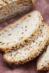 Whole grain bread with carrots, close up - CSF018338