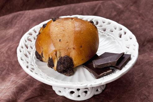 Chocolate bun with chocolate pieces, close up - CSF018308