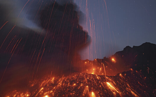 Japan, View of lava erupting from Sakurajima - MR001297