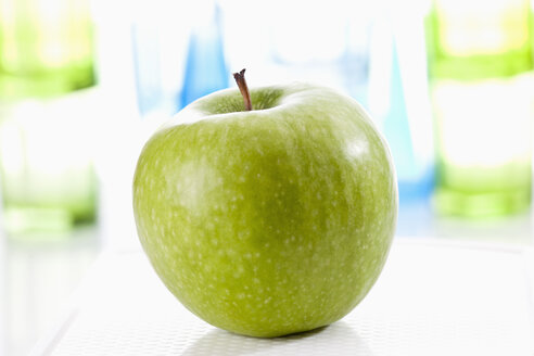 Granny smith on chopping board, close up - CSF018656
