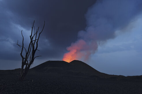 Congo, View of lava erupting from Nyamuragira volcano - RM000538
