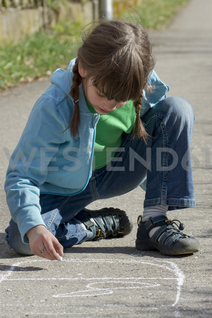 Germany, Tuebingen, Girl drawing hopscotch on street with chalk - LV000028 - Larissa Veronesi/Westend61