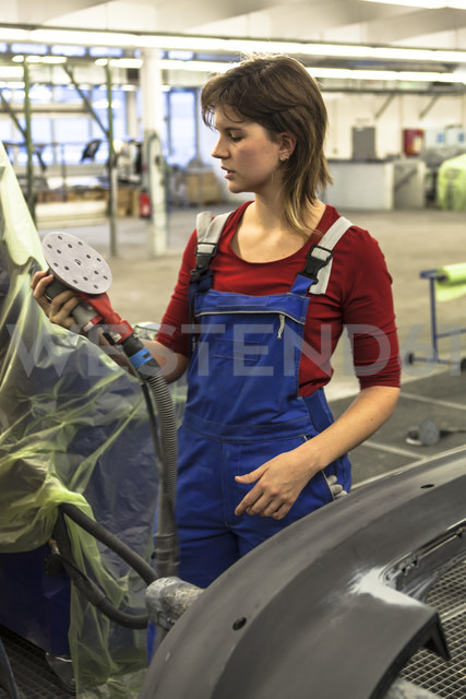 Germany, Munich, Young woman explaining for varnishing car - HA000015 - hkp/Westend61