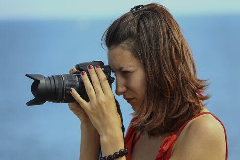 France, Teenage girl photographing with DSLR camera - HA000003