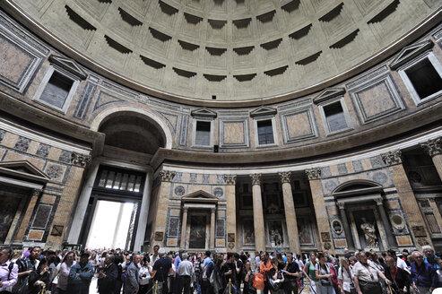 Italy, Rome, People at Pantheon - MIZ000315