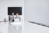 Germany, North Rhine Westphalia, Cologne, Businesscouple using laptop in office - FMKF000755