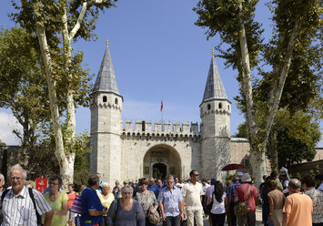 Turkey, Istanbul, Crowd at Topkapi Palace - LH000083