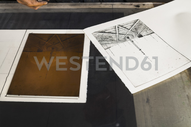 Germany, Bavaria, Deckle edge paper for copperplate printing in print shop, close up - TC003424 - Tom Chance/Westend61