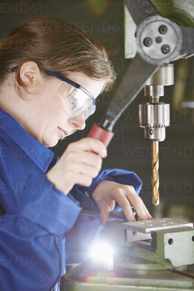 Germany, Kaufbeuren, Woman working in manufacturing industry - DSC000075 - Daniel Schweinert/Westend61