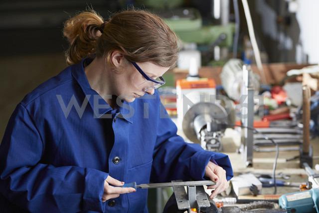 Germany, Kaufbeuren, Woman working in manufacturing industry - DSC000071 - Daniel Schweinert/Westend61