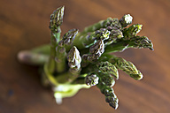 Green asparagus tied up on wooden table - SAR000029