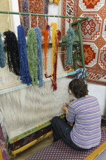 Turkey, Woman preparing Desen Halicilik Carpet - SIE003717