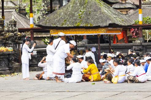 Indonesia, People sitting at Pura Penataran Agung temple - AM000049
