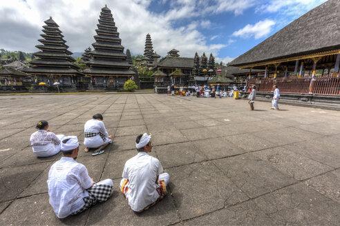 Indonesia, People sitting at Pura Penataran Agung temple - AM000056