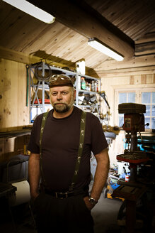 Portrait of craftsman in his workshop - CNF000074