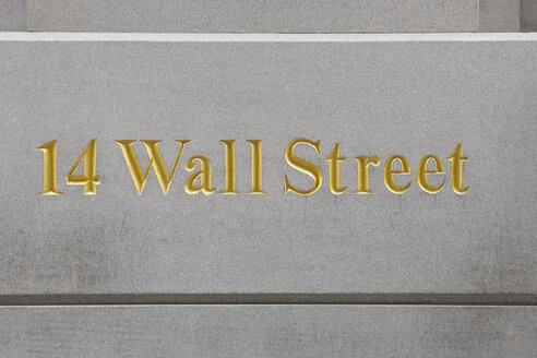 USA, New York State, New York City, Wall street sign at Manhattan, close up - RUE001031