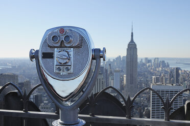 USA, New York State, New York City, View to Empire State Building with binoculars - RUE001055