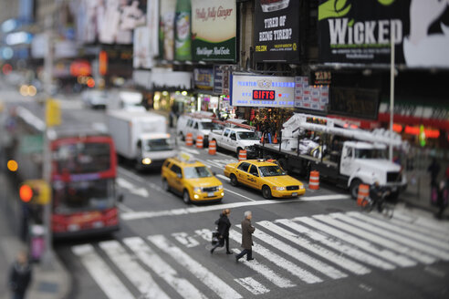 USA, New York State, New York City, Zebra crossing with yellow cabs - RUE001015