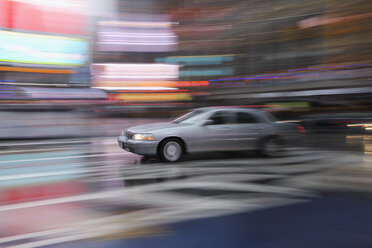 USA, New York State, New York City, Blurred motion of car - RUE001013