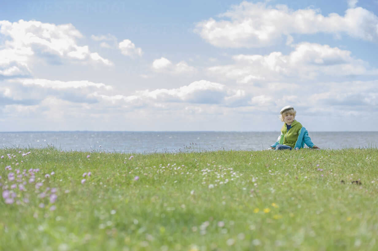 Germany, Mecklenburg Vorpommern, Boy sitting on grass at baltic sea - MJF000179 - Jana Mänz/Westend61