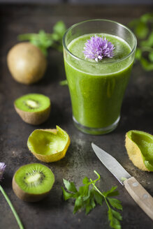 Glass of smoothie with kiwi, parsley and blooming chives, close up - ECF000187