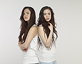 Portrait of young twin sisters - RH000124