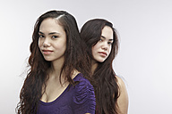 Portrait of young twin sisters - RH000143